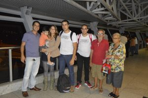 Recebendo o apoio dos familiares no saguão de embarque do Aeroporto Internacional do Recife.