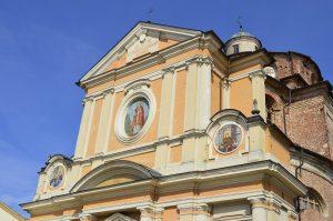 Afrescos em fachada de igreja.